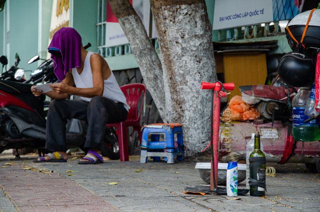 Vietnamský chlapík, který pracuje na ulici jako mechanik.