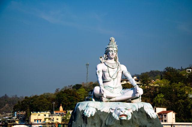 Zde můžete vidět sochu Lorda Šiva umístěnou na řece Ganga,