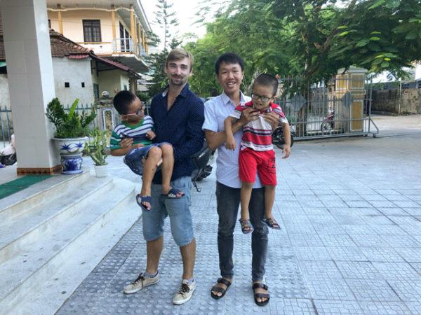 Já s mým kamarádem kameramanem, držíme slepecké děti a pozujeme před kamerou. Přímo ve slepeckém areálu