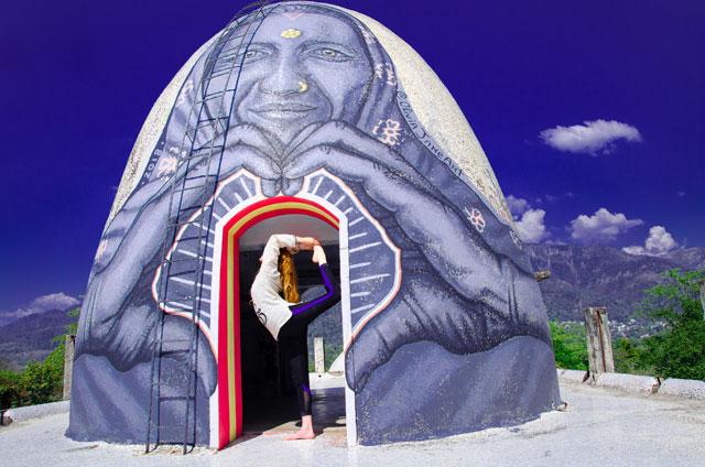 DÍvka pózující pro fotografii pod velkou kopulí v Ášramu Beatles.