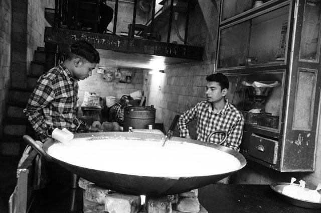 Dva indičtí kuchaři právě kuchtí jeden z tradičních pokrmů.