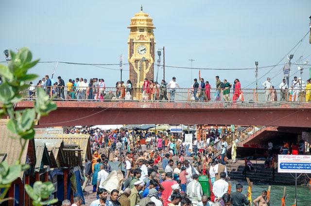 """Přeplněné """"koupaliště"""" jménem """"řeka Ganga"""" v Hari by the river ganga at Haridwar City"""