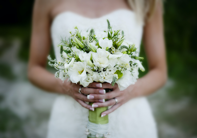 A bride is holding a wedding flower (wedding time)!