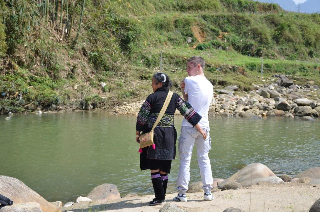 Můj kámoš stojící vedle Mama Z, která je oblečená v tradičním kroji.